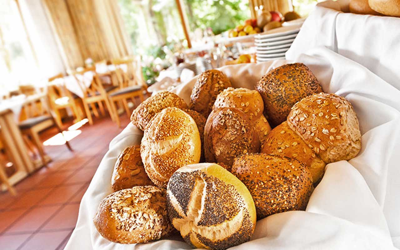 Frühstück Brötchenkorb im Hotel Raab